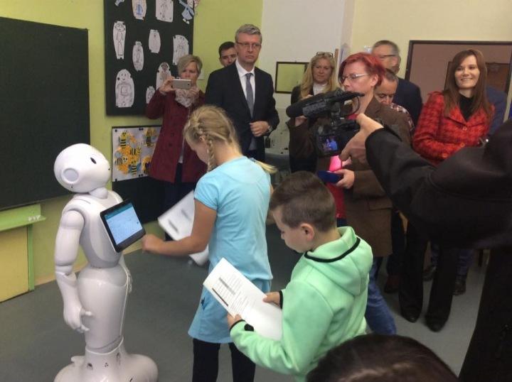 Žáci jsou z robota nadšení.