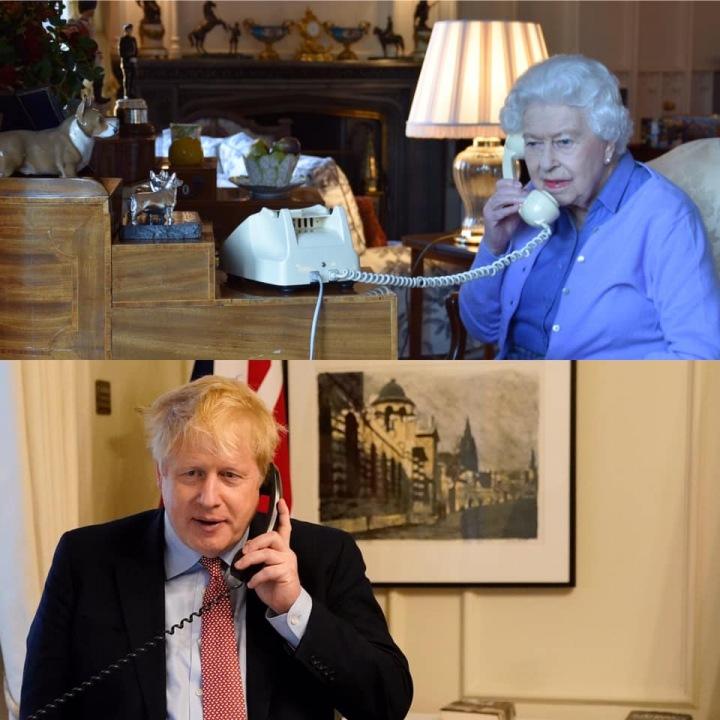 Královna si telefonuje s premiérem Borisem Johnsnem.