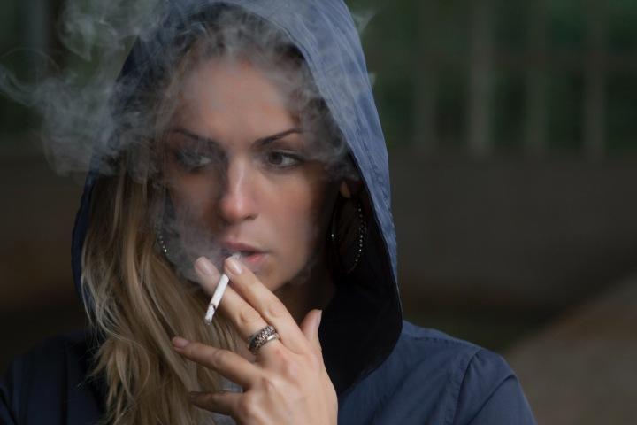 Žena, kouřící cigaretu