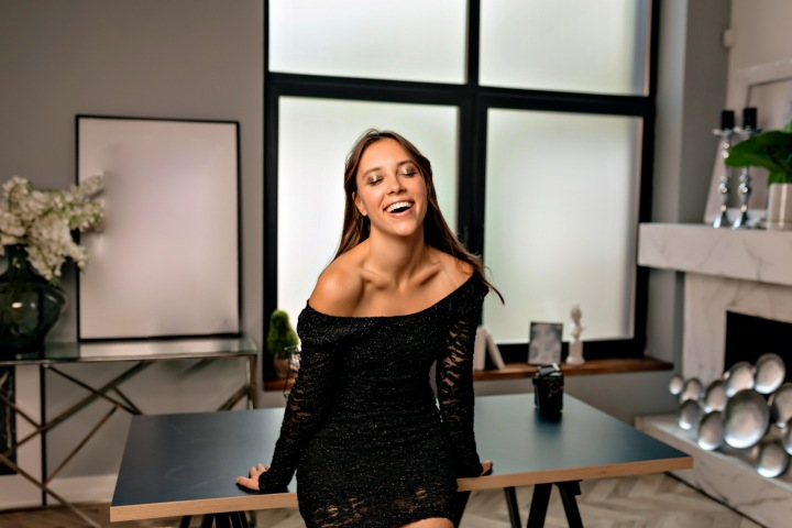 Šťastná dívka se raduje v novém apartmánu