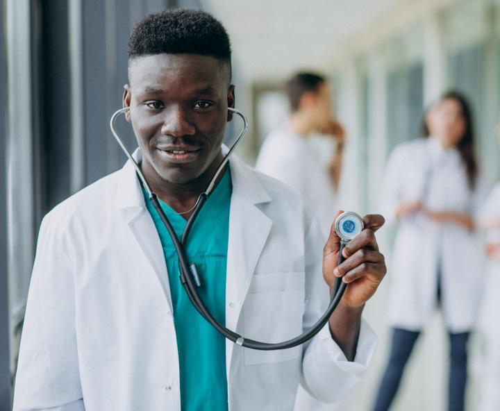 Na obrázku je africký lékař