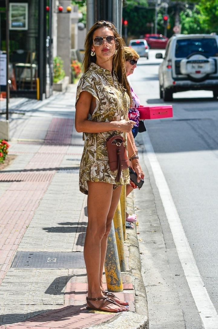 Alessandra Ambrosio v Brazílii na ulici