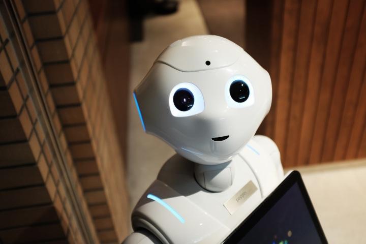 Přemýšlí opravdu člověk déle než robot?