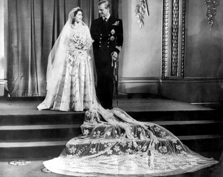 Alžběta II. na svatebním snímku.
