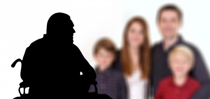 Alzheimerova choroba - muž nepoznává svou rodinu.