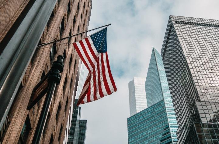 Americká vlajka na budově.