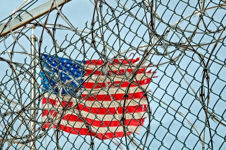 Americká vlajka za vězeňským plotem