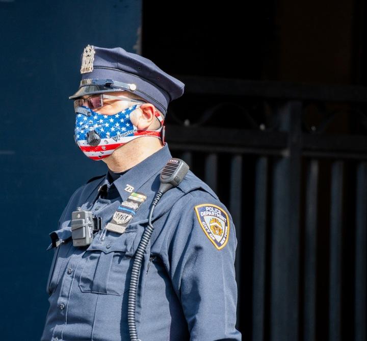Americký policista s rouškou