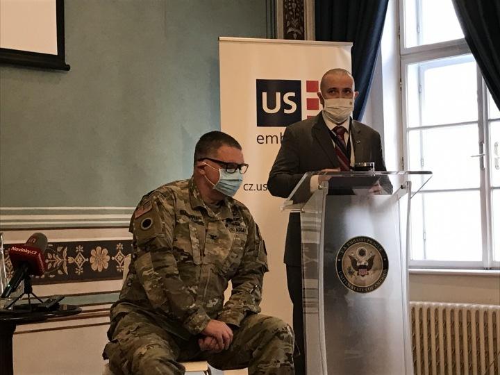 Americký vojenský lékař Peter Coldwell a tiskový mluvčí Velvyslanectví USA.