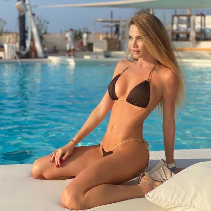 Andrea Verešová v plavkách.