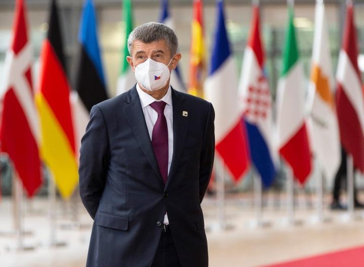 Andrej Babiš v respirátoru s českou vlajkou