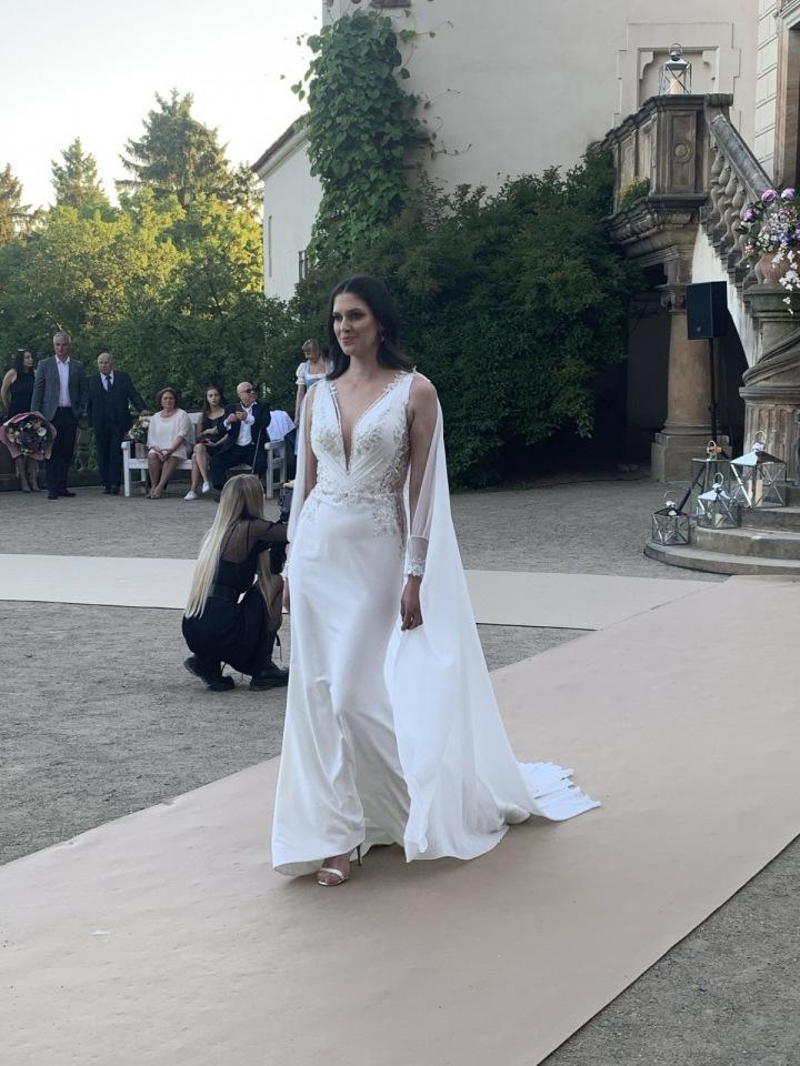 Aneta Vignerová ve svatebních šatech.