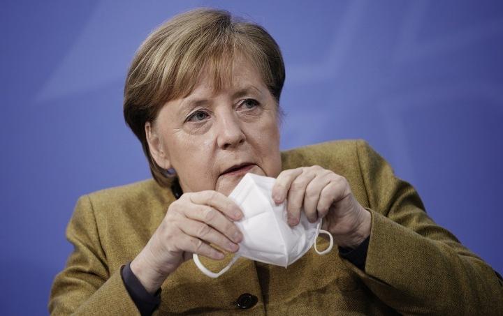 Německá kancléřka Angela Merkel s respirátorem