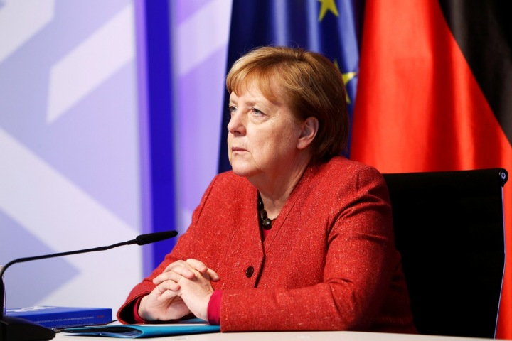 Angela Merkel v červeném saku