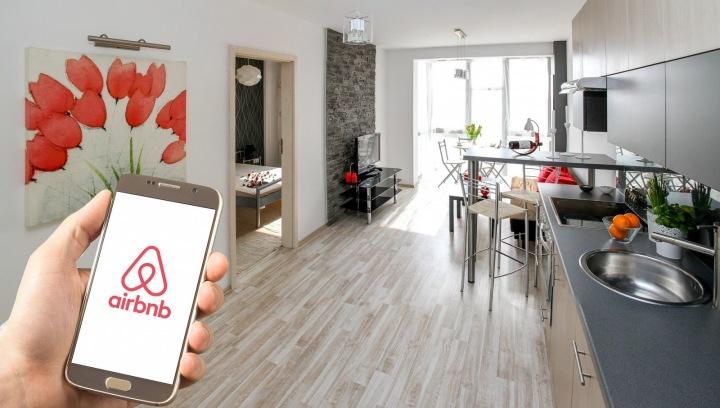 Aplikace Airbnb v telefonu.