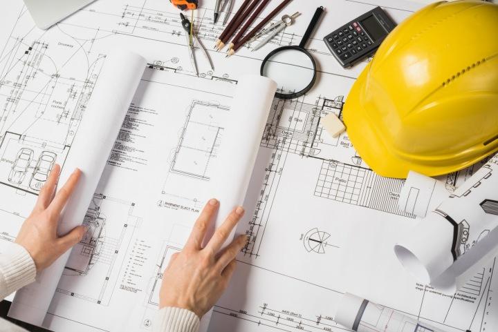 Architekt si prohlíží plány.