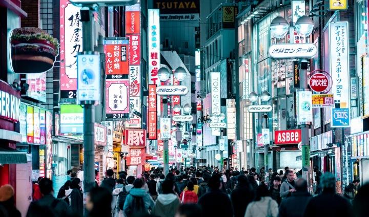 Asijská ulice plná lidí.