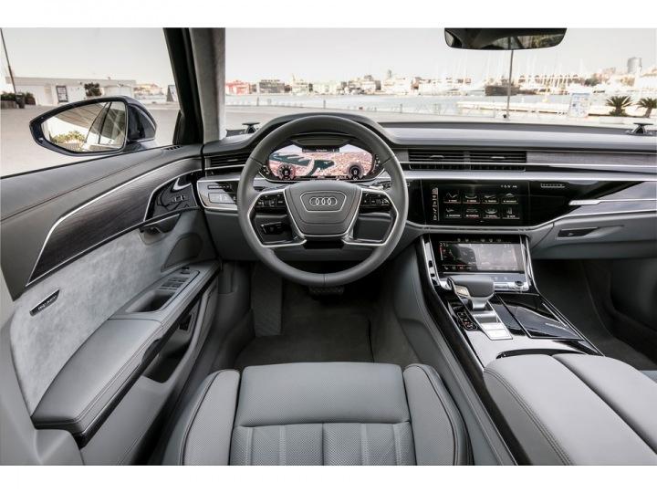 Audi A8 interiér