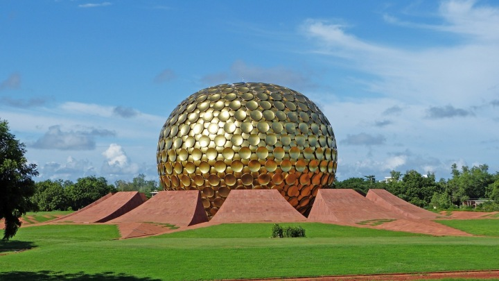 Chrám Matrimandir v utopickém městě Auroville