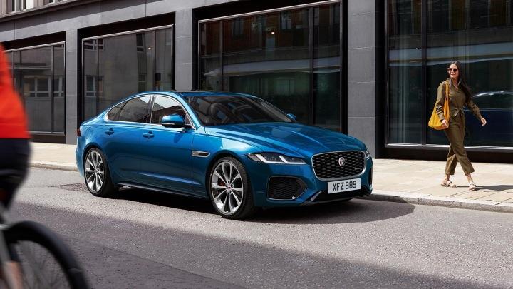 Automobil Jaguar v ulici.