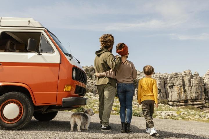 Rodina cestující se psem