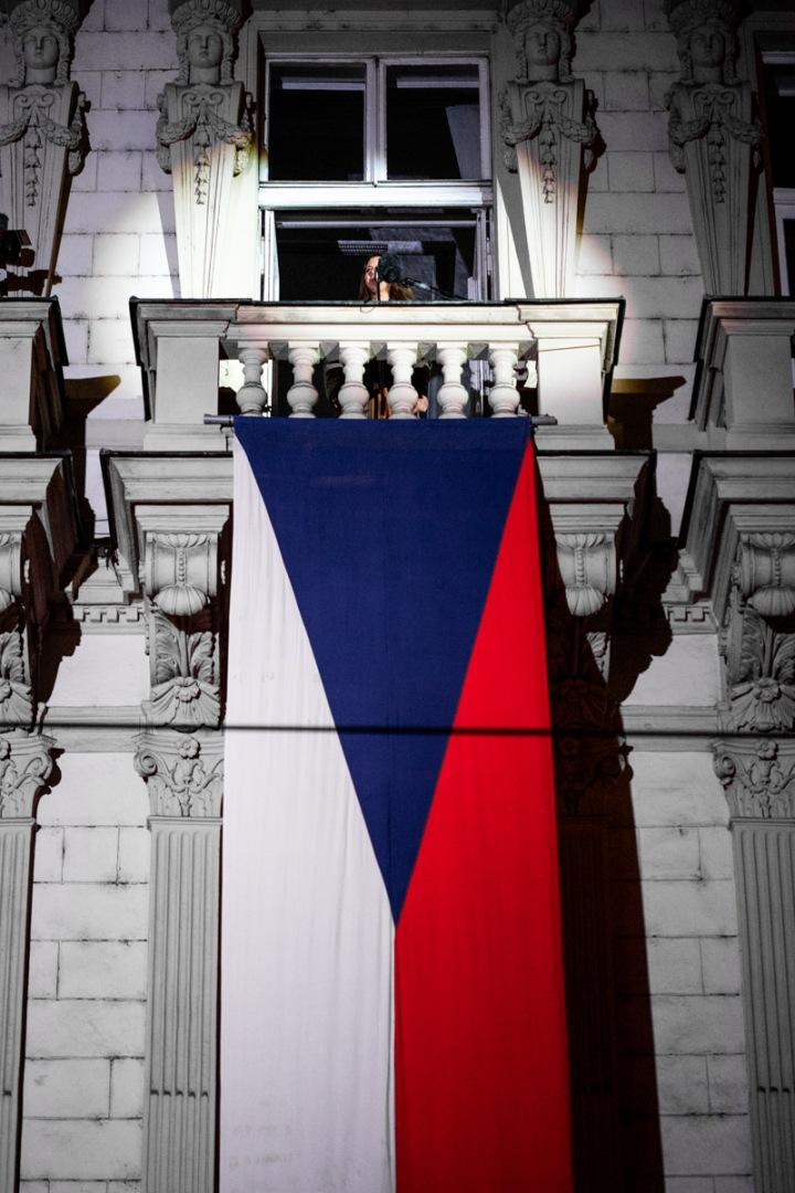 Balkón se státní vlajkou.