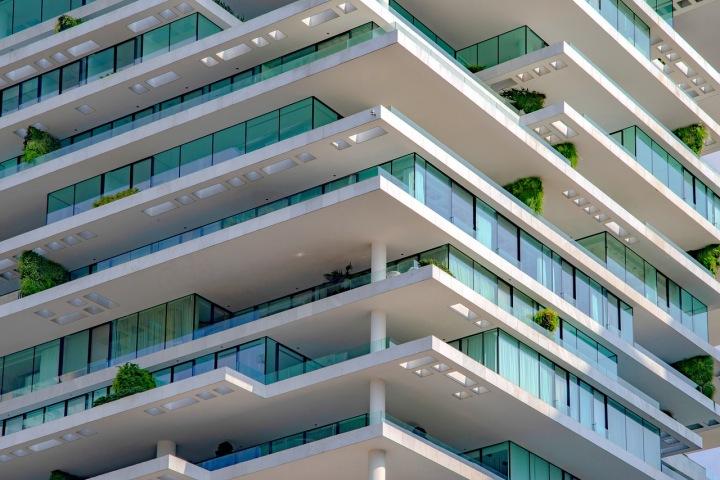 Lidé sledovali výbuchy z balkónů.
