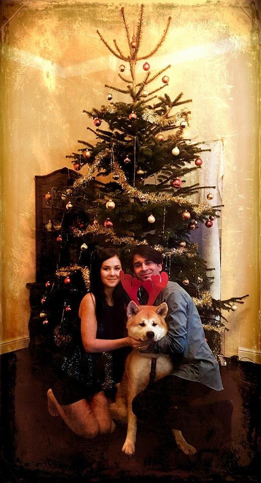 Banga bude s manželkou a se psem ve svém domě.