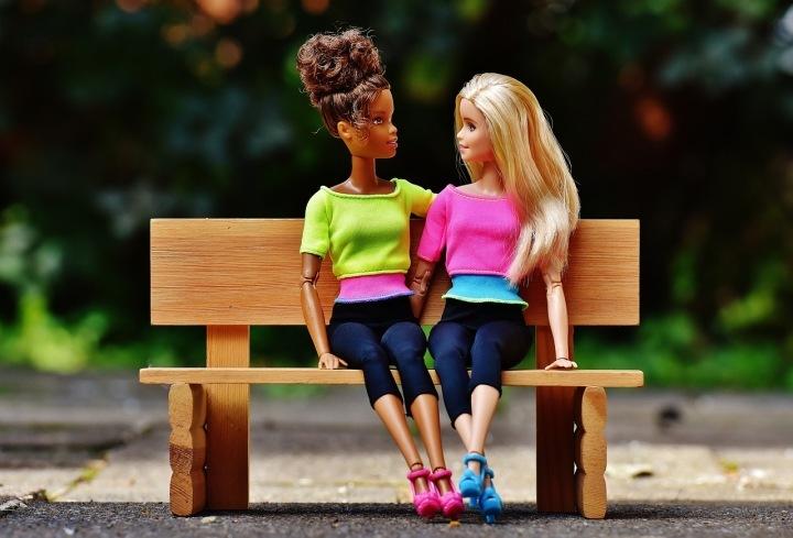 Barbie bez pohlaví vládne obchodním řetězcům.