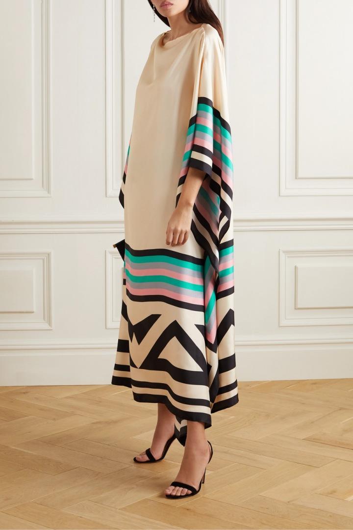 Extravagantní šaty s barevným vzorem