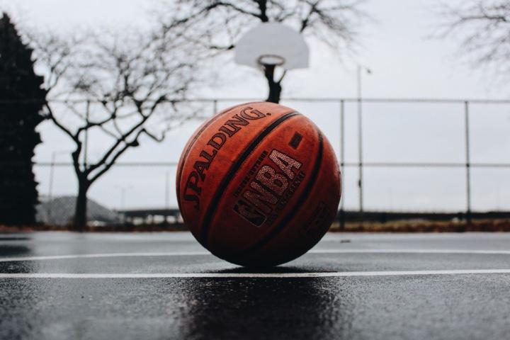 Basketbalový míč na venkovním hřišti v Milwaukee