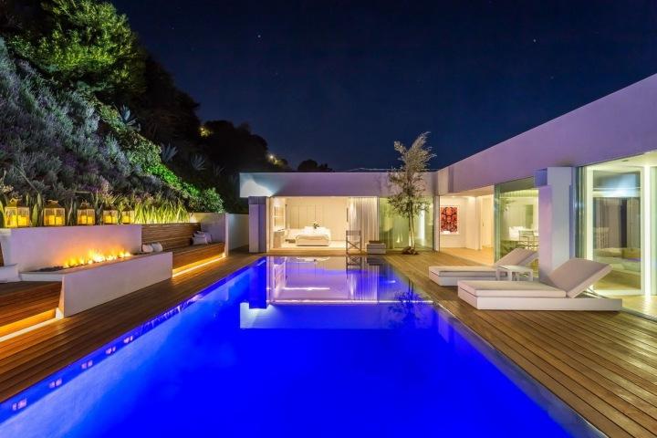 Osvětlený bazén je velkou dominantou domu.