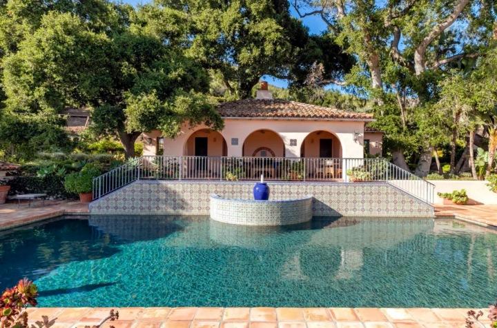 Bazén před domem.