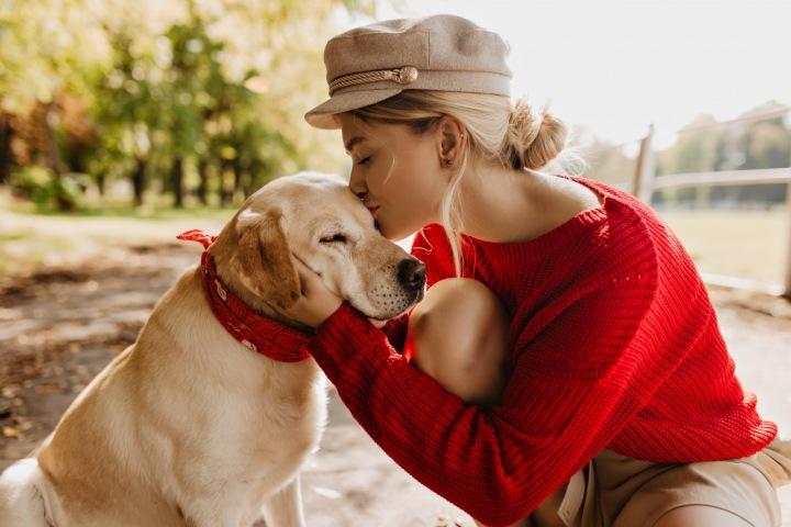 Moderně šik dívka objímající svého labradora