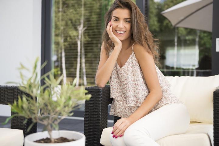 Žena sedí na terase.