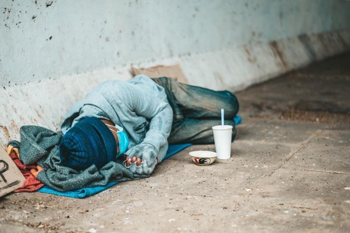 Muž leží na ulici