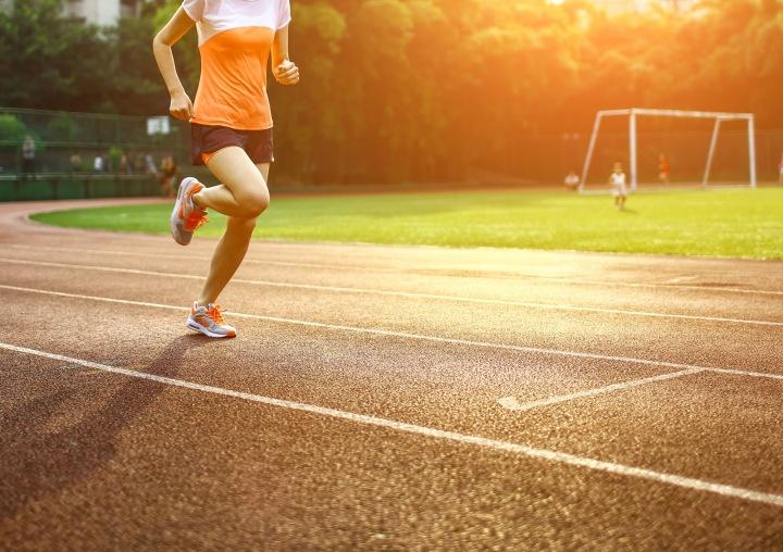 Běžec na atletickém oválu