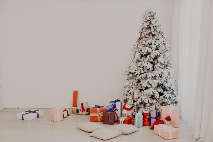Bílé doplňky na vánočním stromku.