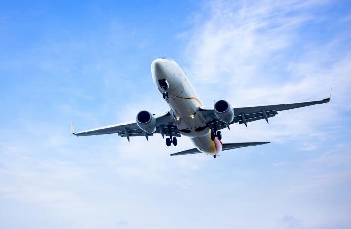 Po nebi letí letadlo