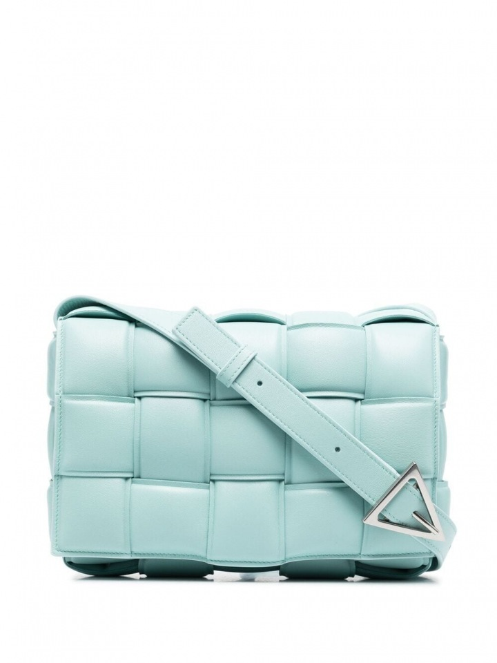 Modrá kabelka Bottega Veneta.