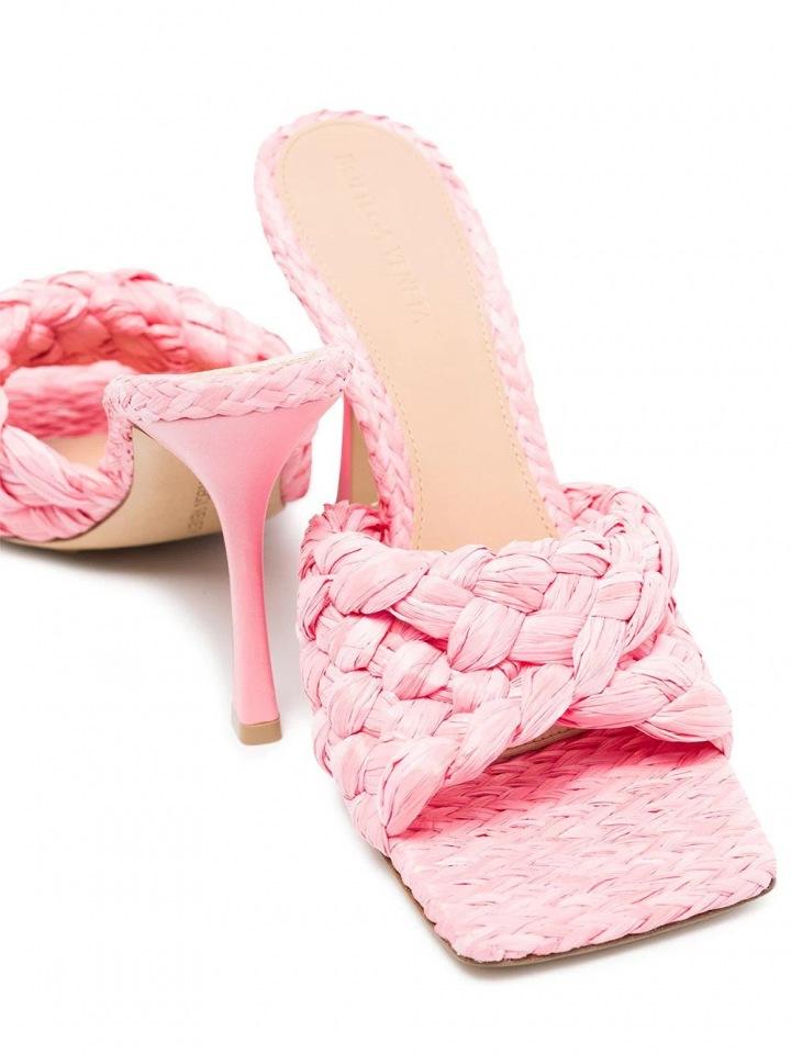 Pantofle od značky Bottega Veneta.