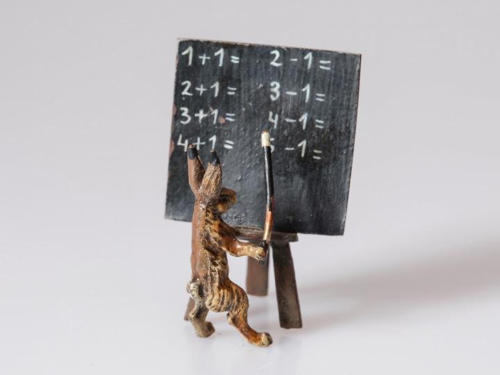 Bronzový zajíc jako učitel matematiky.
