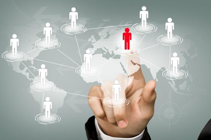 Ruka ukazující naši závislost na interakcích a světě sociálních sítí