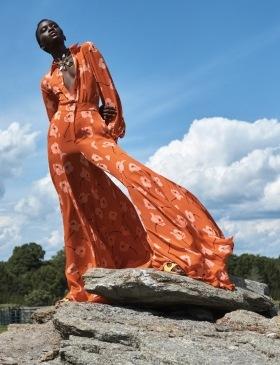Žena v oranžovém květovaném overalu