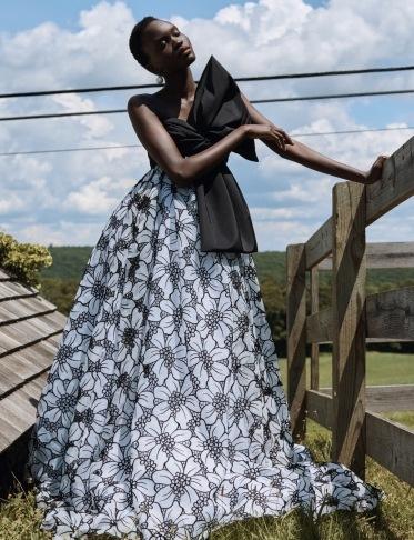 Žena v dlouhých květovaných šatech