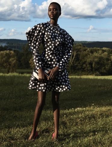 Žena v puntíkovaných šatech