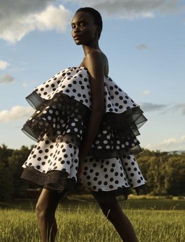 Žena v puntíkovaných šatech s volány