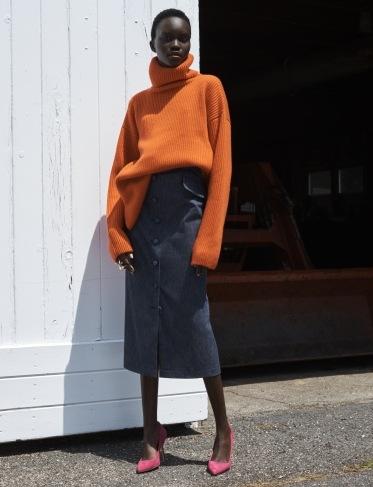Oranžový oversize svetr a modrá sukně