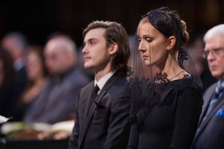 Celine Dion se synem na pohřbu.