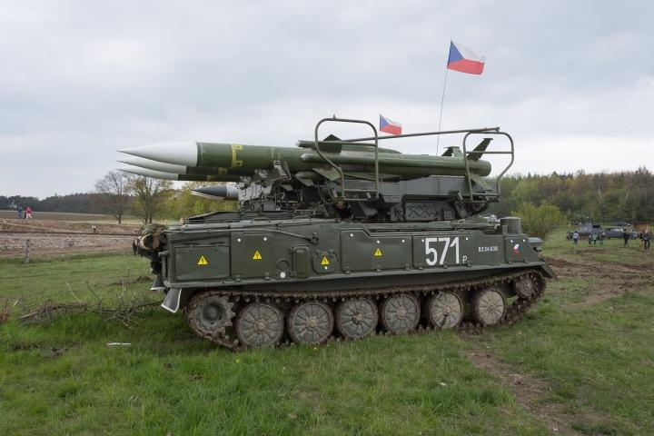 Bojový tank s českými vlajkami